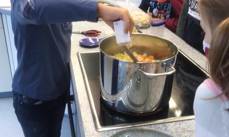 AG Kochen: Wir kochen eine Kartoffelcremesuppe